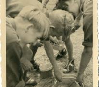 Afwassen op chirokamp, Neerpelt, 1955