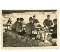 Boterhammen smeren op chirokamp, Neerpelt, 1955
