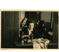 Alice Dooreman aan naaimachine, Sint-Lievens-Houtem, 1940-1945