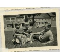 Martine met broer en vader op marktplein, Sint-Lievens-Houtem, 1954-1955