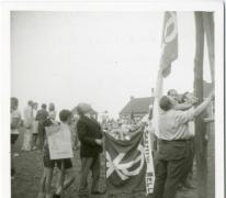 Hijsen van de vlag van chiro Geertrui, 1960-1970, Louise-Marie