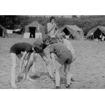 Chiro Melle speelt tikkertje op kamp, Molenbeersel, 1976