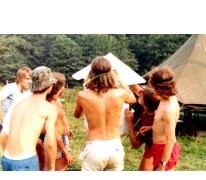 De muurkrant met weetjes op kamp, Waimes, 1981.