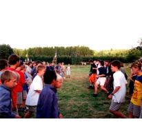 Animatie en dans tijdens de bezoekdag op kamp te Opont, 1999.