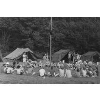 Hijsen van vlag op kamp chiro Melle, Willerzie, 1974