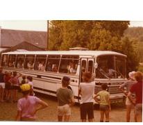 Ouders chiroleden komen aan per bus, Manderfeld, 1973