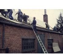 Chiro Melle Geertrui. Vernieuwing dak van het huidige lokaal Schorpioen in de Lindestraat in Melle door het oudercomité. Vermoedelijk in 1971.