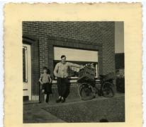 Poelier Roger De Bruyker met zijn fiets, Landskouter