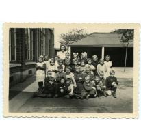 Klasfoto 3de en 4de leerjaar met juffrouw Lea Jolie, Landskouter, 1948-1949