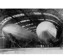 Binnenzicht van een zeppelinhangar met twee zeppelins, 1915