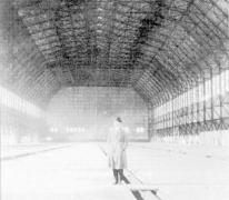 Binnenzicht van een lege zeppelinhangar, 1915