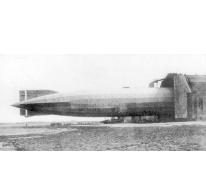 Een zeppelin wordt de hangar binnengetrokken.