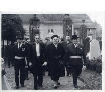 25 jaar burgemeester Jean Van de Velde, stoet naar de kerk, Landskouter, 1964