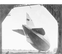 Zeppelin wordt in de hal gebracht, 1915