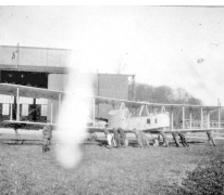 Een Gotha-vliegtuig wordt de hal binnen geduwd, Sint-Denijs-Westrem, 1917