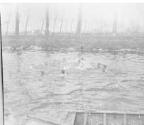 De vliegeniers van Staffel 13 zwemmen in de Leie achter het vliegveld van Sint-Denijs-Westrem, 1917.