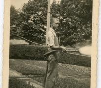 André Pieters besproeit azalea's, Melle, 1942