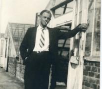 André Pieters poseert bij de serres, Melle, 1948