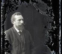 Borstportret van man met baard (Jules Vits), gemodelleerde snor en stropdas, Melle,1910-1920