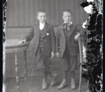 Staand portret, 2 jongens in feestkledij met grote vlinderdas, Melle , 1910-1920