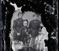 Staand portret 2 jonge vrouwen in lange feestkledij, lange halsketting, 2 kleine kinderen met scheepsmuts en speelgoedsabel , Melle , 1910-1920