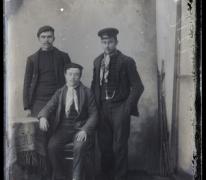 Portret van 3 mannen met hoofddeksel en rond de hals geknoopte sjaal (2staand en1zittend), Melle , 1910-1920