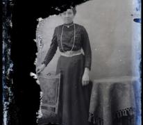 Staand portret van jonge dame in feestkledij met witte centuur en halsketting, Melle , 1910-1920