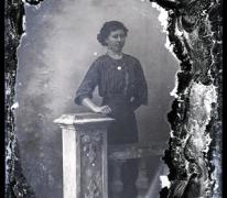 Staand portret van jonge vrouw in feestkledij met driekwart mouwen en witte opgezette halsboord, halsketting, Melle , 1910-1920