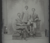 Portret van 3 jonge mannen in feestkledij met kostuum, witte hemdsboord en stropdas, glad gekamd haar, Melle, 1910-1920