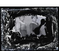 Staand portret van 2 jonge vrouwen in feestkledij en opgestoken haar, Melle, 1910-1920