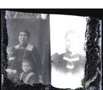 Staand portret van jonge vrouw met opgestoken haar en halsketting en 2 kinderen in feestkledij, Melle, 1910-1920