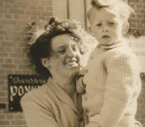 Martha Van Den Berge en zoon Julien aan stokerij Ponnet, Sint-Lievens-Houtem, 1947-1950