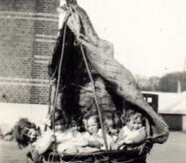 Kinderen Volckaert in manden, Merelbeke, jaren 1930 (?)