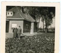 Leon Collin en Louise Homan aan de bloemisterij, Destelbergen, 1965-1969