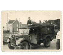 Adolf Van Hecke tussen azalea's, Zaffelare, 1930-1945.
