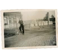 René Floré met fiets, Lochristi, jaren 1935-1945