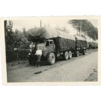 Staf en Vien met een lading bosgrond, Lochristi, 1944