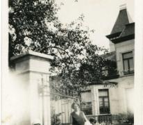 Cecilia Van Eeckhaute als kind aan de bloemisterij Van Eeckhaute, Lochristi, jaren 1930