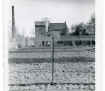 Echtgenote Julien Van Mieghem aan vrachtwagen, Sint-Lievens-Houtem, jaren 1940