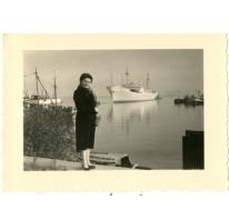 Marieke Mabilde bij het vertrek pater Alfons Mabilde naar Belgisch-Congo, Antwerpen, 1954