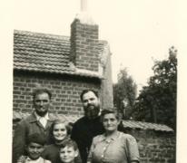 Pater Alfons Mabilde bij de familie Mabilde-Pycke, Letterhoutem, ca. 1954