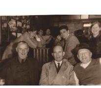 Groepsfoto in café De Gouden Leeuw, Sint-Lievens-Houtem