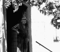 Burgemeester Richard Tavernier in de deuropening van het Hof te Letterhoutem