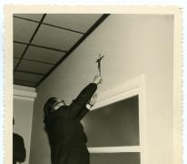 Bevestigen kruisbeeld, zaal Drie Koningen, Merelbeke, 1959