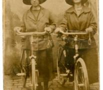 Anna Van De Sijpe met haar eerste fiets, Sint-Lievens-Houtem