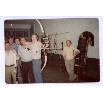"""Vijf schutters en toezichter in café """"'t Roosken"""", Scheldewindeke, 1970-1980"""