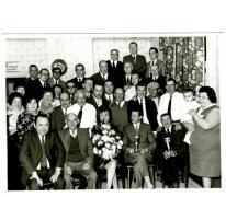 """Groepsfoto ter gelegenhied van een kaarttoernooi in café """"Bij Jeroom"""", 1950-1960"""