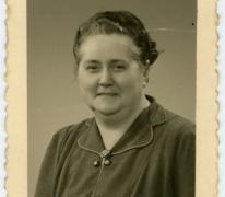 """Maria D'Hoossche, uitbaatster van café """"De klokke"""" in Scheldewindeke, 1951"""