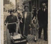 Familie Poppe op de kermis, Melle,