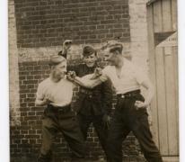 Drie militairen waaronder Roger De Landsheer, 2de Linie, negende compagnie, 1936